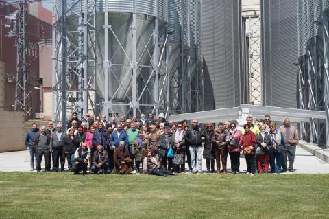 La Agrupación Vecinal de Villarino de los Aires visita las instalaciones de la cooperativa.