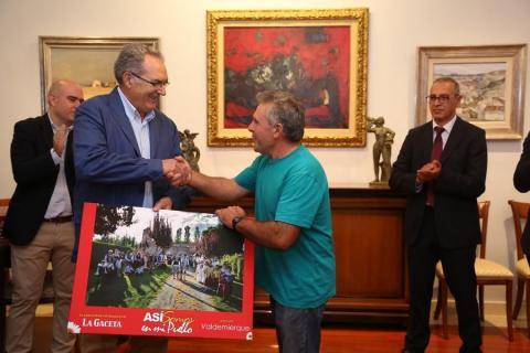 Rafael Sánchez Olea entrega el premio a un vecino de Valdemierque
