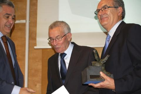Florentino Mangas y Rafael Sánchez reciben el Premio Cristóbal de la Puerta en nombre de COBADU