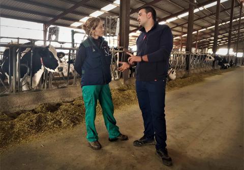 Flor Linares, veterinaria de Cobadu junto a un socio de la cooperativa.